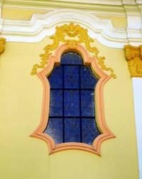 Jedním ze znaků barokní architektury byla i rozmanitost tvarů. Na rozdíl od renesančních obdélníkových oken, měla barokní okna mnoho různých tvarů. Jedním z nich je okno na obrázku č.4. Jak se toto, pro baroko typické okno nazývá? (náhled)