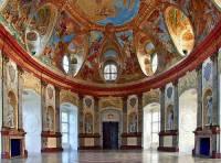 Charakteristickým rysem barokní architektury byla zdobnost – jak fasády staveb tak interiérů. V interiérech byla nejen bohatá štuková výzdoba zdobená zlatem, ale i sochy a barevné nástěnné a nástropní malby. Který z nejznámějších honosných barokních interiérů je na fotografii č.5? (náhled)