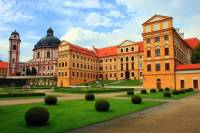 Na fotografii č.15 je barokní zámek: (náhled)