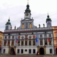 Významnou stavbou pro bohaté měšťany nebyly jen jejich domy, ale i radnice, která dodávala městu větší důležitosti. Ve kterém městě slouží dodnes svému účelu barokní radnice na obrázku č.20? (náhled)