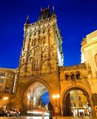 Jaká historická stavba v Praze, která prošla v období romantismu rekonstrukcí a novogotickou dostavbou, je na fotografii č.4? (náhled)