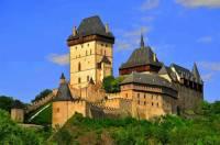 Středověký hrad, který vidíte na fotografii č.2 a v období romantismu prošel historizující rekonstrukcí, která měla hradu navrátit původní gotickou podobu, se jmenuje: (náhled)