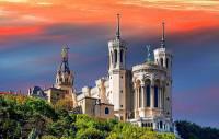 Sakrální stavba na fotografii č.21 z období romantismu byla postavena v novorománském slohu. Jak se stavba jmenuje a ve kterém městě byla postavena? (náhled)
