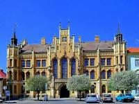 V období romantismu bylo vystavěno mnoho veřejných budov. Která novogotická veřejná budova je na obrázku č.9? (náhled)