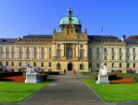 Která reprezentativní veřejná budova postavená převážně v novobarokním slohu se stavebními prvky novorenesance a neoklasicismu je na obrázku č.9? (náhled)