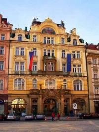 Reprezentativní budova v Praze na obrázku č.10, která je ukázkou přechodu mezi novobarokem a secesí, byla původně postavena jako: (náhled)