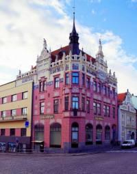 Ve kterém městě je secesní budova s novorenesančními prvky a bohatou sgrafitovou výzdobou na fotografii č.17, která byla původně městskou spořitelnou? (náhled)