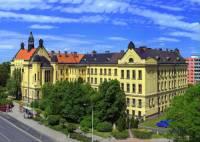 Ve kterém městě se nachází secesní budova gymnázia na fotografii č3? (náhled)
