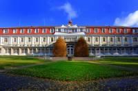 Jaká lázeňská budova, postavená ve stylu kubismu, je na fotografii č.10? (náhled)