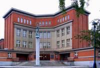Funkcionalistická budova na obrázku č.12 je: (náhled)