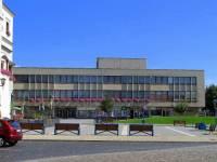 Budova kulturního domu na obrázku č.13, pocházející ze 70. let 20. století, se nachází ve městě: (náhled)