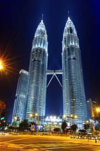 Moderní výšková administrativní budova Twin Towers (Dvojčata) z 90. let, která je na obrázku č.24, se se svoji výškou 452 m řadí k nejvyšším stavbám světa. Mrakodrapy jsou sídlem: (náhled)