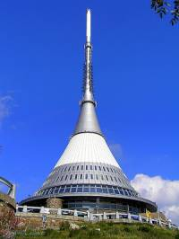 Jak se jmenuje hora, na které stojí budova hotelu a televizního vysílače na obrázku č.9 postavená v letech 1966 - 73? (náhled)