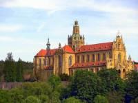 Jak se oficiálně nazývá architektonický sloh, který spojuje dynamické baroko s výraznými prvky gotiky?  Klášter postavený v tomto slohu je na obrázku č.12. (náhled)