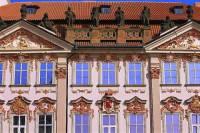 Jak se nazývá stavební sloh, ve kterém byla vytvořena fasáda budovy na fotografii č.17? (náhled)