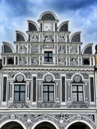 Na fotografii č.25 je fasáda budovy, která byla vytvořena ve stavebním slohu: (náhled)