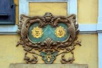 Jak se jmenuje plocha na fasádě domu s ozdobným okrajem, ve které je umístěno domovní znamení? – obrázek č. 3 (náhled)