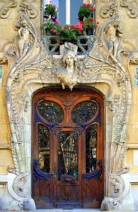 V jakém slohu byl postaven portál na fotografii č.7? (náhled)
