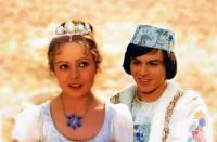"""Jsou na fotografii č.8 Popelka a princ Jaromír z filmové pohádky """"Tři oříšky pro Popelku""""? (náhled)"""