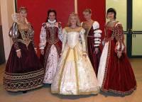 Do šatů na fotografii č.12 se ženy oblékaly v historickém období: (náhled)