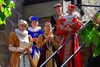 Do šatů na fotografii č.5 se ženy oblékaly v historickém období: (náhled)