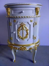 Z kterého historického období pochází stolek na fotografii č.12? (náhled)