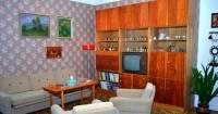 Z kterých let 20. století pochází zařízení interiéru obývacího pokoje na obrázku č.27? (náhled)