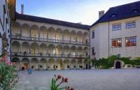 Na fotografii č.30 je nádvoří zámku, který byl postaven ve stavebním slohu: (náhled)