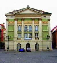 V jakém stavebním slohu byla postavena historická budova na obrázku č.13? (náhled)