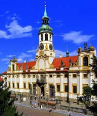 V jakém stavebním slohu byla postavena historická budova na fotografii č.16? (náhled)