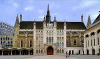 Ve kterém městě byla historická budova na obrázku č.15 využívána několik stovek let jako radnice a dodnes se v ní konají významné události v rámci reprezentace vedení města? (náhled)