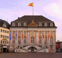 Rokoková budova staré radnice na fotografii č.17 se nachází ve městě: (náhled)