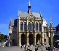 Historická radnice na obrázku č.25 patří mezi turisticky atraktivní budovy ve městě: (náhled)