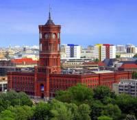 Ve kterém městě je jednou z jeho dominant radnice na obrázku č.6? (náhled)