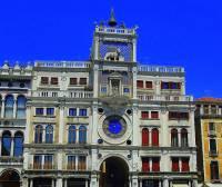 Radnice na obrázku č.9 je jednou z dominant města: (náhled)