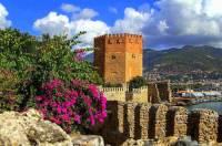 Červená věž a hradby na fotografii č.17 jsou součástí pevnosti ve městě: (náhled)