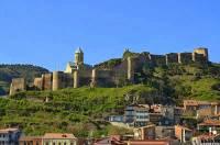 Jak se jmenuje a nad kterým městem se vypíná pevnost na fotografii č.22? (náhled)