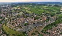 Jak se jmenuje opevněné historické město na fotografii č.16? (náhled)