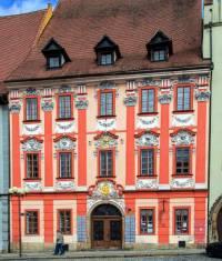 V jakém stavebním slohu byl postaven dům, jehož fasádu vidíte na fotografii č.12? (náhled)