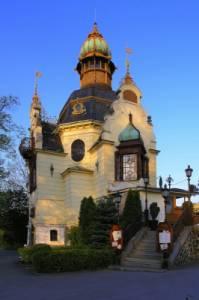 Historická stavba na fotografii č.12 se jmenuje: (náhled)