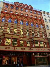 Která historicky cenná komerční stavba je na fotografii č.9? (náhled)