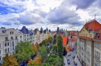 Jak se jmenuje jedna z nejvýznamnějších a nejhezčích ulic v Praze na obrázku č.17 vlevo? (náhled)