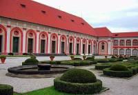 Stavba nacházející se v areálu Pražského hradu na fotografii č.19 se nazývá: (náhled)