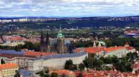V průběhu staletí docházelo k mnohým dostavbám a přestavbám Pražského hradu. Jedna z nejrozsáhlejších přestaveb se uskutečnila v 18. století. Grandiózní přestavba se týkala západní části areálu Pražského hradu při níž dostal Nový královský palác svou dnešní jednotnou fasádu a nově vzniklo 1. nádvoří. Ze stavebně nesourodého hradu se po přestavbě stala reprezentativní královská rezidence zámeckého charakteru. Za kterého panovníka došlo k výše popsané přestavbě? (náhled)