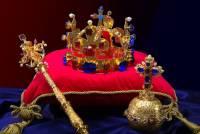 Kde se v areálu Pražského hradu nachází Korunní komora, ve které jsou uloženy korunovační klenoty na fotografii č.6? (náhled)