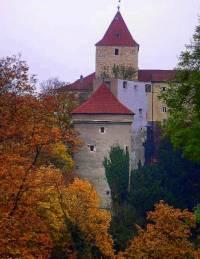 Věž stojící v areálu Pražského hradu na fotografii č.10 NÍŽE VEPŘEDU se jmenuje: (náhled)