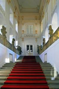 Nyní navštívíme několik významných interiérů Pražského hradu. První zastávkou je reprezentativní schodiště na obrázku č.11. Jak se schodiště nazývá? (náhled)