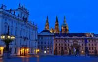 Jak se jmenuje prostranství před areálem Pražského hradu na fotografii č.1? (náhled)