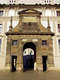 Součástí Pražského hradu je i historická stavba na obrázku č.2. Jak se stavba jmenuje? (náhled)