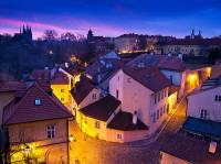 """Jak se jmenuje pražská čtvrť s romantickými uličkami ležící v blízkosti Pražského hradu na fotografii č.7, která je označována za nejmalebnější a nejkrásnější místo v Praze? Protože si tuto čtvrť vybrali v minulosti i v současnosti mnozí umělci za své bydliště, říká se jí také podle pařížského originálu """"Pražský Montmartre"""". (náhled)"""